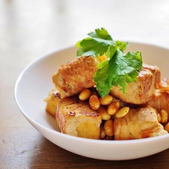 お肉で厚揚げを巻いてボリュームアップ。手間がかかっているように見えて、フライパン1つでできる簡単レシピなので、夕食のメイン料理にもおすすめです。