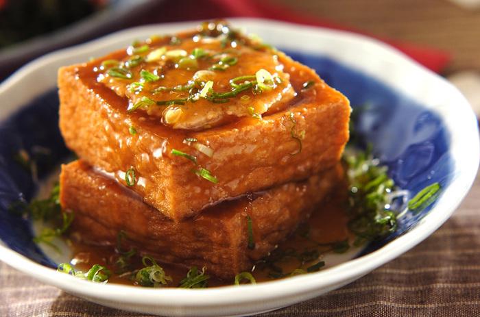 厚揚げのボリュームを活かして、ひき肉を詰め込んだ一品。味付けもしっかりしているので、男性にも喜んでもらえそうなレシピです。