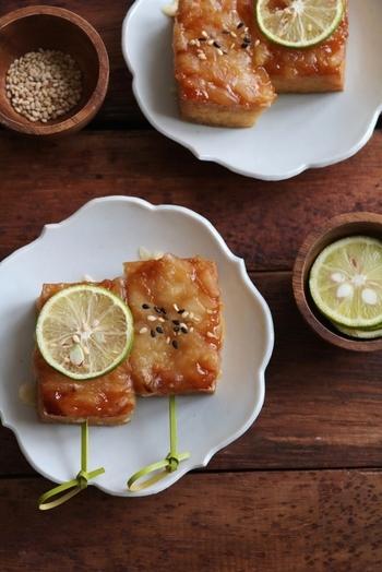 普通の豆腐田楽よりも、厚揚げで作るとコクもボリュームもアップ。味噌とチーズの濃厚な味に、爽やかなすだちの香りが食欲をそそります♪