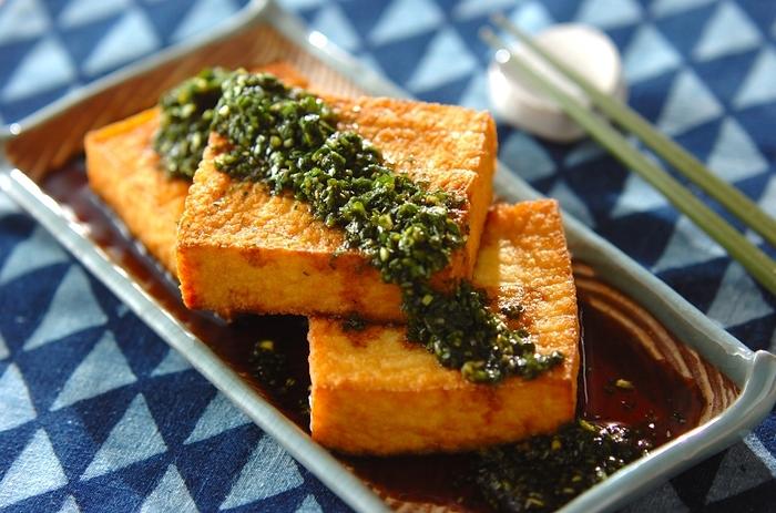 お鍋の薬味やチャーハンの味付けにも使える「ニラじょうゆ」が隠し味。グリルで表面をカリッと焼いた厚揚げは、シンプルに生姜醤油で頂くのも良いですが、タレにこだわると新しい美味しさを発見できます。