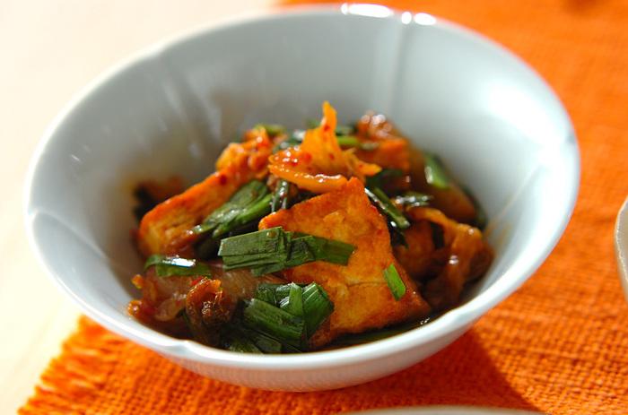白菜キムチと一緒にササッと炒めるだけの簡単レシピなのに、ご飯にもお酒にもピッタリ。 ごま油の香りが食欲をそそる一品です。