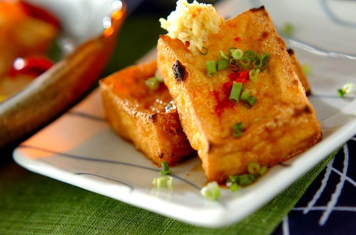 厚揚げのカロリーは、100gあたり約150kcal。対して、お豆腐(絹)のカロリーといえば、56kcal。確かに、お豆腐よりはカロリーは高めです。ただし、カロリーが高いと勘違いされる原因は、「お豆腐と比べて」であって、他の食材と比較すれば、高カロリーの食材とまではいきません。