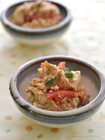 トマトとの意外な組合せで、素材の味を活かしたさっぱりした和え物。トマトの酸味とすりおろし生姜の辛味で、肉料理などの副菜にしても合いそうですね。