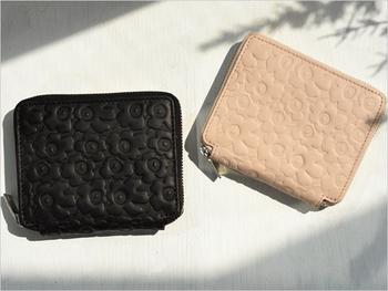 世界中で知られているウニッコ柄を小さくしたデザインの「PIKKUINEN UNIKKO」をお財布の全体に型押ししました。可愛くなり過ぎない、大人っぽい花柄の雰囲気が素敵。  色はシックなブラックと優しいパウダーピンクの二色。どちらも落ち着いた色合いなので、年齢を問わず持てそうです。