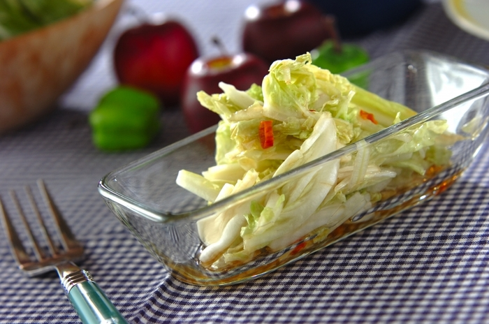 生のままの白菜に調味料と熱したゴマ油をかけるだけのサラダ風。白菜のレシピに困ったときなどにもぴったりですね。