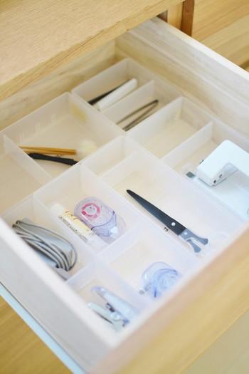 細々した物がゴチャゴチャなりやすい引き出しの中は、市販のケースや空き箱などを利用して収納すると便利です。こんなふうにそれぞれを分類して収納すると、見た目も美しく、引き出しを開けた時にも見やすいですよね♪