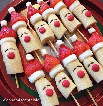 ユニークな表情のトナカイたち♪お子さまがたくさん集まるパーティーにおすすめです。  マシュマロ、イチゴ、マシュマロ、バナナを順番に竹串に刺し、マーブルチョコとチョコスプレーorチョコペンで顔をデコレーションするだけ!  みんなでわいわい作りながら食べても♪