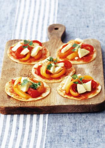 赤・オレンジ・黄色の鮮やかなパプリカをのせた、明るい色合いがキレイな一口ピザのレシピです。パプリカはじっくり火を通すことで、より甘味が増して美味しくなりますよ。