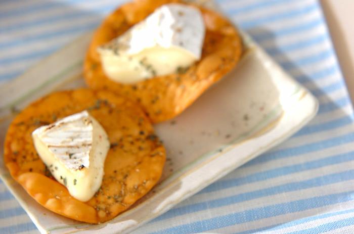 なんとなく高カロリーなイメージのチーズですが、一口サイズならカロリー控えめで、満足度も十分!カマンベールチーズをコンロの火であぶることで、程よく火が入ったトロリとした食感を味わえます。おやつはもちろん、おつまみにもおすすめです。