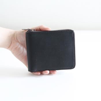 ぐるりとファスナーのついた特徴あるデザイン。蓋がふいに開いてしまうという、二つ折り財布にありがちな点を解消しました。まさに用の美の考え方。デザインは派手ではありませんが、手に取るとしっくりきて手放せなくなる感じ。