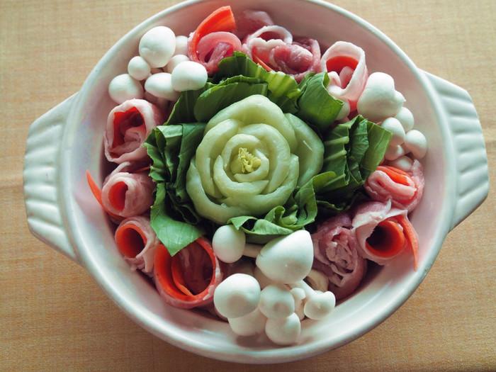 青梗菜の根元をお花に見立てたお鍋♪ ベータカロテン豊富なチンゲンサイと、脂の多い豚ばらと合わせたキムチ鍋です。