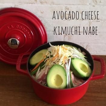 どーんと、半分に切ったアボカドを大胆に乗せてみました! キムチ鍋にチーズも入れて…アボカドは煮るとお芋みたいにホクホクになるって、知ってました?