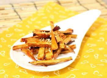 サツマイモをスティック状にカットして、電子レンジとオーブンでカリカリに。黒糖を使うので普通のお砂糖よりもコクがあってミネラルも摂れます。