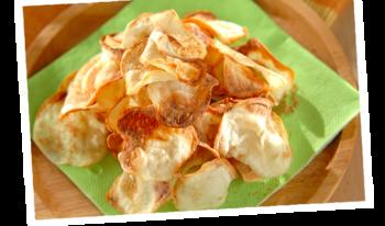 オイルをシュッと吹きかけて、オーブンで両面を焼くだけで、揚げないでポテトチップスのような味わいを楽しめます。味付けはお好みで色々アレンジしてみてください。カレー粉プラスしても美味しそうです。