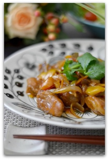 酢豚を揚げないで作るポイントは下味をしっかりつけること。揚げなくてもコクのあるスパイシーな酢豚になります。そして片栗粉の2度付けが美味しくできるコツです。
