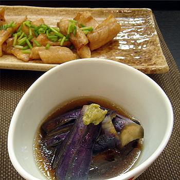 めんつゆの出汁で煮てごま油と柚子胡椒をプラスするだけでコクのある煮びたしができちゃいます。茄子は油を吸いやすい食材なので、初めにめんつゆを吸わせておくのがポイントですね。とっても簡単にできるので、あと一品欲しい時のために作り置きして霊底で冷やしておくのもおすすめ。