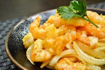 アメリカの中華レストランで人気のココナッツシュリンプ。ココナッツオイルで揚げ焼きにします。ココナッツオイルは酸化しにくくてダイエットにもいいので、ダイエット中の人にもオススメです。