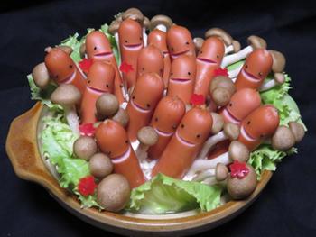 きのこ畑に、ソーセージがニョキニョキ生えて来た?! ちょっとコミカルなお鍋ですね。