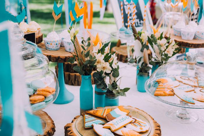 ラベルを素敵におしゃれに見せる活用術は、ラッピングだけではありません!ホームパーティーや誕生会などのテーブルやお部屋の飾りつけにも大活躍してくれます。 ピンチョスなどに使う手作りピック、紙コップやストローに名前入りのラベルを貼りつけたり、飾り付けのミニガーランドに使ったり…。大切な人を迎える、ハンドメイドのおもてなしがあっという間に実現します。