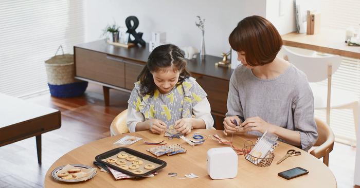 「P-TOUCH CUBE」は、お子さんと一緒にラベルのデザインやメッセージを考えながらプリントする楽しさも♪「次の誕生日会、なに食べたい?」などの会話を交わしながら、手作りの時間を通して親子の距離を縮めてくださいね。