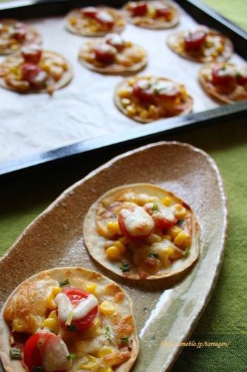 まずは子どもたちも大好きな、コーンやチーズをのせたスタンダードなレシピ。餃子の皮ピザは作り方が簡単なので、子どもと一緒に楽しみながら作りたいですね。