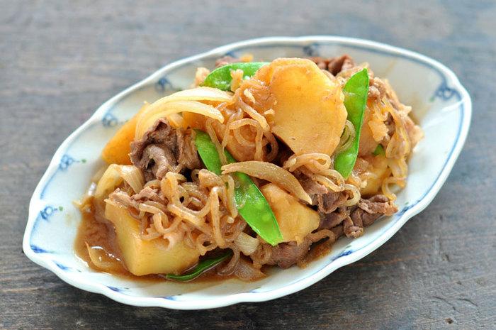 """じゃがいもで和食といえば、外せないのが""""肉じゃが""""。だしなしでも作れるこちらのレシピなら「作りたいけど、出汁をとるのはちょっと面倒」という人にもおすすめです!牛肉と野菜の旨味を活かした、美味しい肉じゃが。ぜひマスターしたいですね。"""