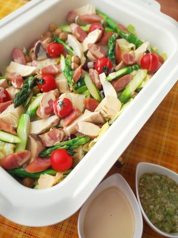 キャベツの絨毯におだしを加え、お好きな野菜をたっぷりのせてテーブル調理する簡単なホットサラダは、パーティーメニューにもおすすめ!ポン酢マヨ、ネギソースの2種を添えて、あつあつを召し上がれ♪