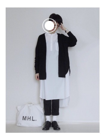 白シャツワンピースは一年を通して活躍してくれるアイテムですね。ロングの羽織りもいいけれど、ショート丈のカーディガンを合わせるのもGOOD。白と黒のコントラストが美しいモノトーンコーディネートです。