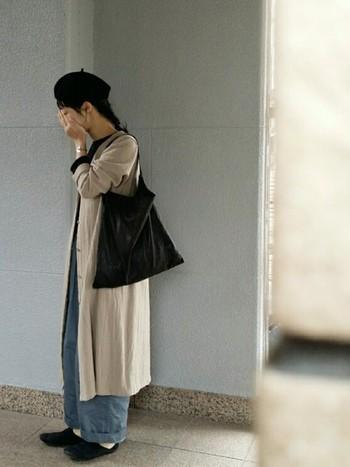 ナチュラルなベージュの羽織りと淡いブルーのワイドパンツのニュアンスカラーが美しいコーデ。秋の街に似合いそうなシックな色の組み合わせが絶妙です。ベレー帽や靴、バッグなどの小物をブラック系にするときゅっと締まりますね♪