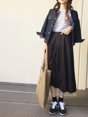 デニムジャケットはこの時季の定番アイテムながらも、今年は流行アイテムでもあります!丈が短いのでスタイルよく見せてくれる効果がありますね。スカートもミモレ丈で少し脚を見せることで華奢に見えます。ソックスととスカート丈のバランスも◎