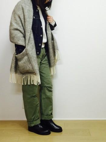 もう少し寒くなってきたら、こんな風にデニムジャケットの上に羽織ってみるのもいいですね。カーキ、ネイビー、グレーのカラーコーデは安定の組み合わせ!