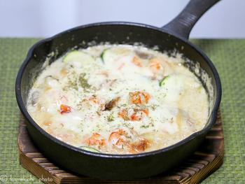 こちらはエビを使用。エビとズッキーニなどの具材を炒めて生クリームで煮込んだあと、チーズをたっぷりかけてオーブンで焼くグラタン系のクリーム煮です♪スキレットならオーブンもOKですし、テーブルにそのまま出してもおしゃれで便利ですね。