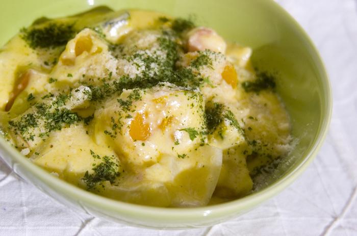 野菜が主役のクリーム煮もヘルシーで美味しいですよ♪こちらはカボチャのクリーム煮です。カボチャはあらかじめレンジで柔らかく加熱してから加えます。最後にじゃがいものすりおろしも加えて、とろみたっぷりのクリーム煮です。