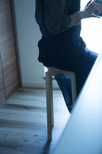 座面が小さいため、キッチンやパウダールームなどの狭い場所で大活躍。軽量なので移動や持ち運びもらくらくです。家事の合間に、疲れたらちょこんと腰掛けて。私に、暮らしに、寄り添う一脚です。