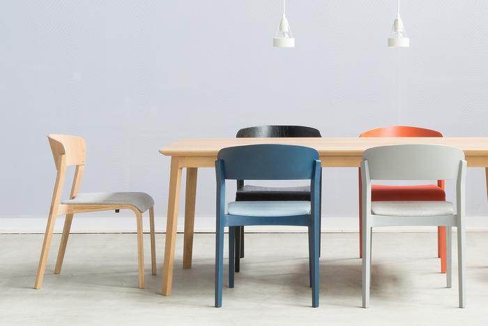 【テーパードチェア】 2014年国際家具デザインフェアで入選したテーパードチェア。先に行くにつれ細くなっていくスタイリッシュなデザインと、包み込むようなやわらかな曲線は、座った人をしっかりと支えてくれる安定性にも長けています。 座面にパッドがあるものとないもの、それぞれに豊富な色バリエーションがあり、その数全36種!なりたいお部屋の雰囲気に合わせてお選びください。