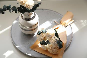 愛する人と新しい暮らしを始める友人のために、二人の部屋を飾るフラワーベースを贈りませんか?デンマークの老舗製陶メーカー、ケーラー社のオマジオベースは、丸いフォルムに手描きボーダー…とシンプルなようで個性も感じる不思議な魅力の花器なんです。
