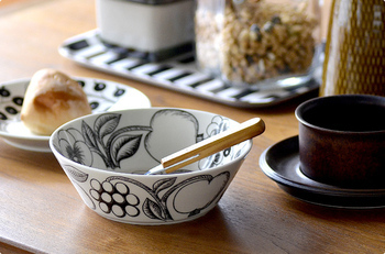 高品質で機能性に優れたフィンランドの名窯ARABIA(アラビア)社製の食器は、「楽園」の名にふさわしくフルーツと花の絵柄で食卓を華やかに彩ってくれます。