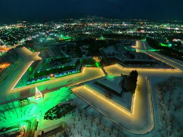 五稜郭の堀がライトアップされて星形がくっきりと浮かび上がる「五稜星の夢」も12月から行われます。五稜郭タワーから見るのがおすすめですよ。とても夜景の美しい函館の街に星形が加わり、さらに輝きを増しますね。