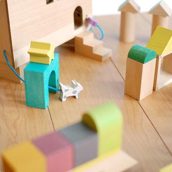 積み木も贈り物にぴったりなアイテムです。赤ちゃんが口に入れても安心の植物性塗料と蜜蝋仕上げで、優しい色合いのgg*(ジジ)の積み木は、お片付けが好きになる工夫もされているのも嬉しいところ。次に会う時には遊べるようになっているかな?