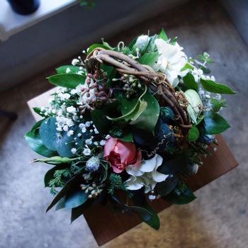 四季の移ろいを感じる花。その時いちばんキレイな花を主役に、ブーケやアレンジメントにして届ける「ex.(イクス)」の季節の花たちは、ほのかに香りながら部屋を彩り、暮らしにリズムを与えて、大切な人の心を豊かにしてくれる素敵な存在感を放つでしょう。