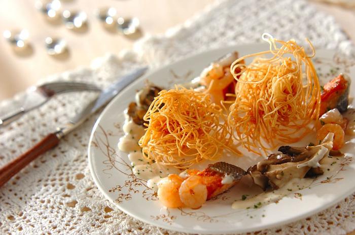 素麺がステキなおもてなし料理に。豆乳でつくったクリームソースと、パリパリに揚げた素麺のハーモニーが素敵な一品です。