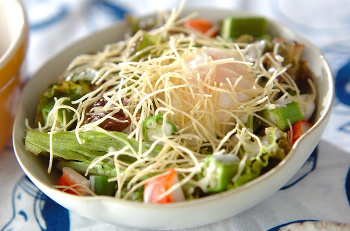 カリッと油で揚げたそうめんを、サラダの上にトッピング。パリパリッとした食感がクセになり、いつものサラダがワンランクアップします。
