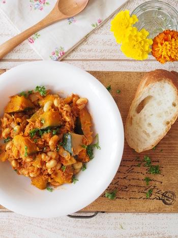パンにもご飯にも合う洋風煮物、かぼちゃと豆のカレーツナトマ煮のレシピです。15分できて、3~4日ほど日持ちします。冷めても美味しいので、お弁当や常備菜にぴったりですよ。