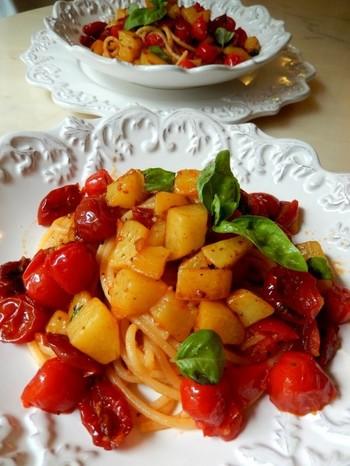 ドライトマトとプチトマト、2種類の食感が楽しめるパスタは、ジャガイモもたっぷり加えて具沢山に。  トマトの旨味を吸ったジャガイモが絶品のパスタです。