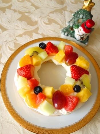 市販のバームクーヘンを使った簡単ケーキ♪カットフルーツをふんだんに使って、クリスマスリースのようにデコレーションするのがおすすめです。とっても簡単なので、お子さまと一緒に作ることができるケーキです。