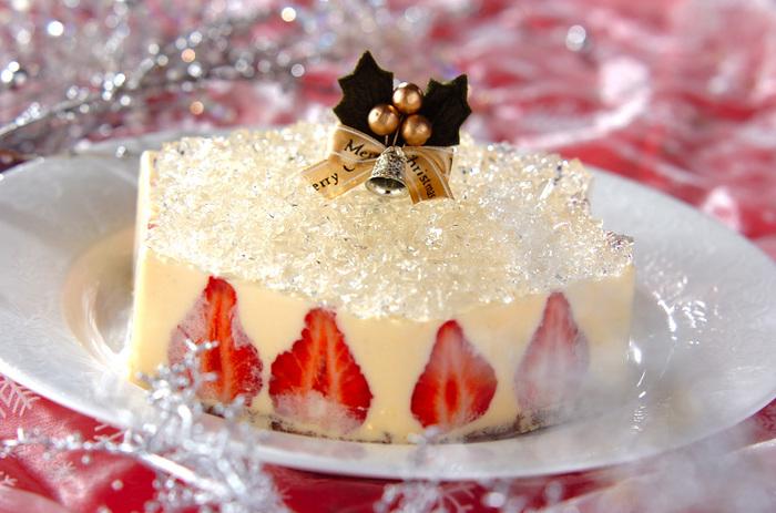 雪景色のようにケーキの上でキラキラと光るのはゼリー。上から見ると六角形なので、雪の結晶のようにも見えます。シンプルですが、スペシャル感たっぷりのケーキです。