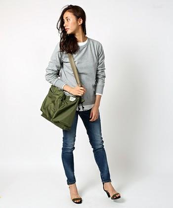 ビジネスバッグをベースに作られており、ショルダーと手持ちの2通りで使用することも。