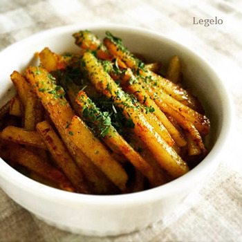 こちらも食材はシンプルにじゃがいものみ。カレー粉+醤油やみりんと、ちょっと和風の味付けがポイントです。ご飯にも合う濃い目の味付けなので、お弁当にもおすすめです。