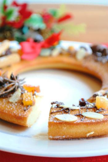 大人のクリスマスにもおすすめの焼き菓子、「フィナンシェ」。しかもホットケーキミックスで作ることができるので、とっても簡単♪アーモンドスライスやシナモン、スターアニスなどトッピングも大人仕様で。