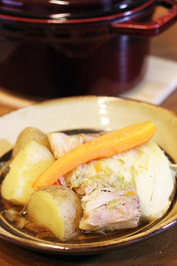 おいしい塩豚を作ってポトフにするのも良いですね。塩豚にしておくと、豚の甘みが増幅されてトロトロとした柔らかさを楽しめます。塩豚が余ったら他の料理にも使えますよ。